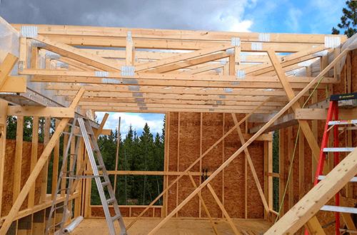 деревянные фермы и балки двускатной крыши